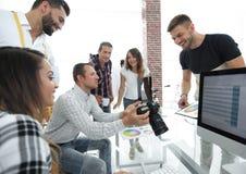 Concepteur au travail Échantillons d'échantillon de couleur Photographie stock libre de droits
