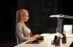 Concepteur avec l'ordinateur fonctionnant au bureau proche photos stock