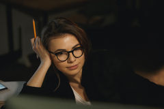 Concepteur concentré de jeune dame à l'aide de l'ordinateur Photos libres de droits