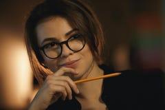 Concepteur concentré de jeune dame tenant le crayon Photo stock