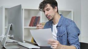 Concepteur créatif Reading Documents de jeunes songeurs, faisant un brainstorm au travail banque de vidéos
