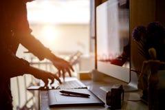 Concepteur créatif travaillant le comprimé numérique au studio Photo libre de droits