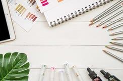 Concepteur d'art ou espace de travail d'illustrateur le dessin et l'esquisse de l'appartement de feuille d'outils, de carnet à de Photo libre de droits