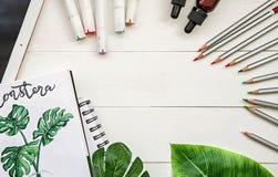 Concepteur d'art ou espace de travail d'illustrateur le dessin et l'esquisse des outils, de la feuille de monstera, des bouteille Image libre de droits