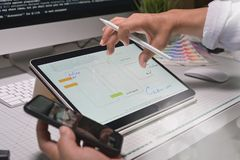 Concepteur d'Ui UX travaillant dans la disposition de comprimé pour le mobile d'application photographie stock