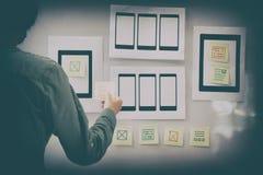 concepteur d'UX d'expérience d'utilisateur concevant le Web sur le comprimé de téléphone portable photographie stock
