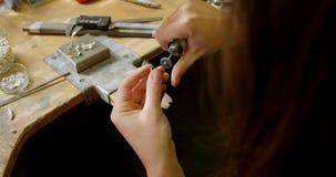 Concepteur de bijoux travaillant dans l'atelier 4k banque de vidéos