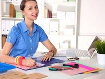 Concepteur de fille dans un bureau derrière une table Images libres de droits