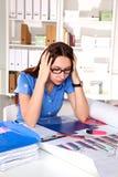 Concepteur de fille dans un bureau derrière une table Image stock
