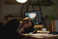 Concepteur de Madame dormant sur l'espace de travail Photos libres de droits
