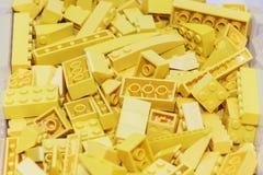 Concepteur de plastique jaune de blocs constitutifs Fond des blocs constitutifs en plastique lumineux Photos libres de droits