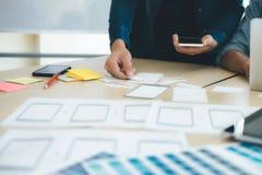 Concepteur de programmeur et de Web, réunion d'UX UI pour surfacer AP mobile photos libres de droits