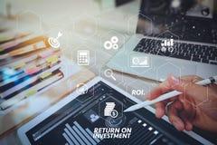 Concepteur de site Web travaillant l'ordinateur portable numérique de comprimé et d'ordinateur avec Photographie stock