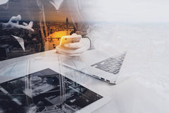 Concepteur de site Web travaillant l'ordinateur portable numérique de comprimé et d'ordinateur photo stock