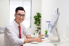 Concepteur de sourire travaillant ? son bureau dans le bureau moderne photo stock