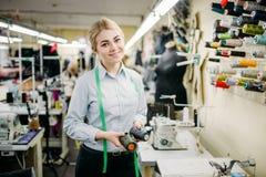 Concepteur de vêtements avec des fils de couleur dans des mains photographie stock libre de droits