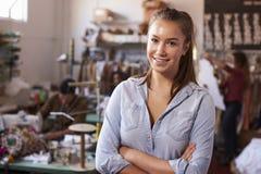 Concepteur de vêtements féminin blanc de sourire dans le studio de conception photo stock