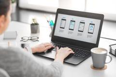 Concepteur de Web avec l'ordinateur portable travaillant à l'interface utilisateurs images libres de droits
