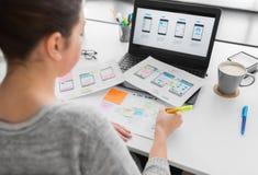 Concepteur de Web travaillant à l'interface utilisateurs au bureau image stock