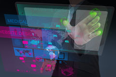 Concepteur de Web travaillant avec le nouvel interfa d'ordinateur Image libre de droits