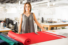 Concepteur féminin dans une usine de textile Photo libre de droits
