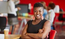 Concepteur féminin sûr travaillant dans les bureaux créatifs rouges Photographie stock