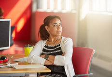 Concepteur féminin sûr travaillant dans les bureaux créatifs rouges Images stock