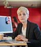 Concepteur féminin sûr travaillant dans les bureaux créatifs rouges Photos stock