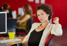 Concepteur féminin sûr travaillant dans les bureaux créatifs rouges Photo stock