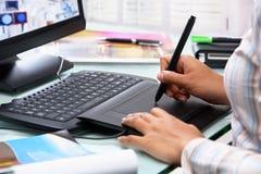 Concepteur féminin utilisant le crayon lecteur de tablette Images stock