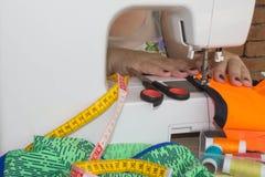 concepteur faisant un vêtement dans son lieu de travail Images libres de droits
