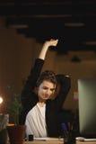 Concepteur fatigué de jeune femme s'asseyant dans le bureau Photographie stock libre de droits