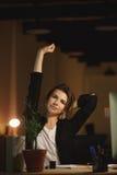 Concepteur fatigué de jeune femme s'asseyant dans le bureau la nuit Photo libre de droits