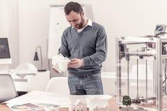 Concepteur ingénieux tenant le modèle d'une maison images libres de droits
