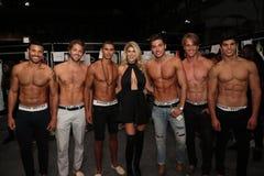 Concepteur Jenn Taule Bell et modèles posant à l'arrière plan avant le KYBOE ! défilé de mode Image libre de droits