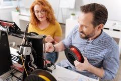 Concepteur masculin professionnel changeant le filament 3d Photographie stock libre de droits