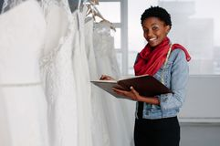 Concepteur nuptiale féminin d'usage travaillant dans la boutique photo stock