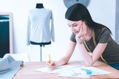 Concepteur populaire créant la nouvelle collection de vêtements photos stock