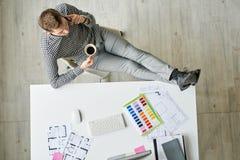 Concepteur Relaxing sur le lieu de travail Images stock