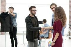 Concepteur serrant la main à une femme d'affaires Images stock