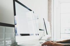 Concepteur travaillant à l'espace de travail avec l'ordinateur générique de conception sur la table Bureau d'écran vide maquette  Photographie stock