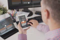 Concepteur travaillant sur le projet de web design sensible photo libre de droits