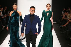 Concepteur Walter Mendez et promenade de modèles que la piste dans une conception de Walter Mendez chez Art Hearts Fashion montre Photographie stock