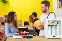 concepteurs 3D discutant au-dessus du produit Photos stock