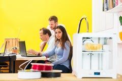 Concepteurs dans le studio de l'impression 3D Image libre de droits