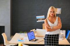 Concepteurs de jeune femme de mode se tenant dans le studio Images libres de droits