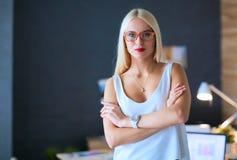 Concepteurs de jeune femme de mode se tenant dans le studio Photo libre de droits