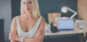 Concepteurs de jeune femme de mode se tenant dans le studio Photographie stock