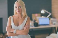 Concepteurs de jeune femme de mode se tenant dans le studio Photo stock