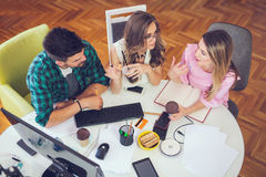 Concepteurs de Web travaillant ensemble au bureau moderne Photo stock